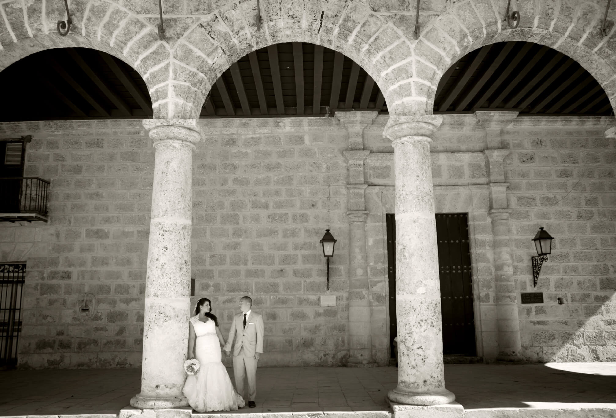 bride and groom archways in havana