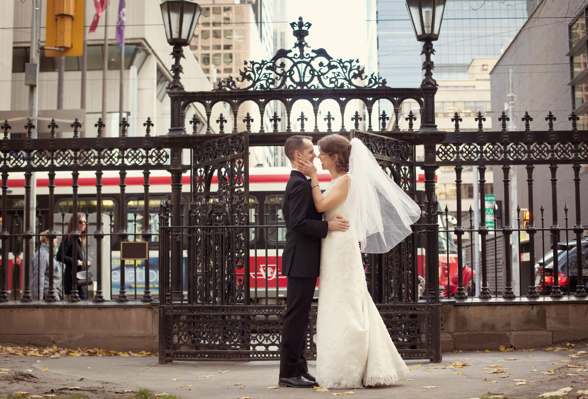 bride and groom kissing osgoode hall